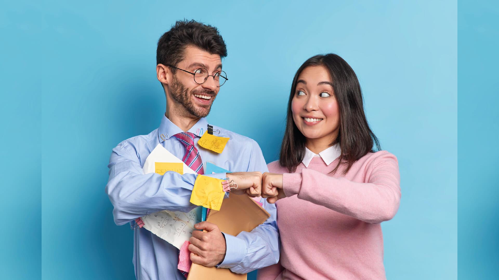 Deux personnes professionnelles fond un check avec le poing en signe de réussite