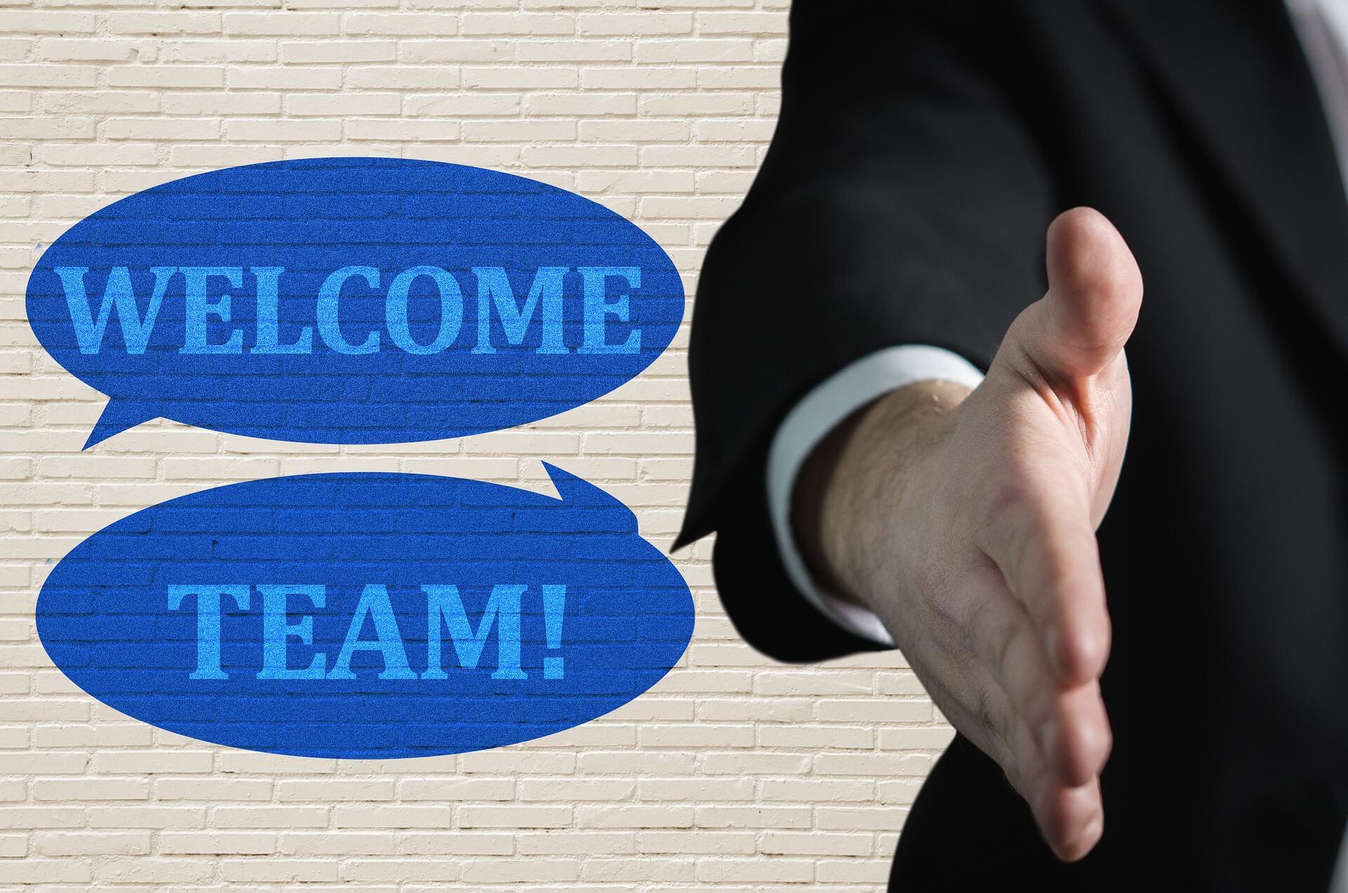 montrer l'accueil d'un nouvel association dans une entreprise